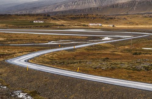 Immer wieder müssen Straßen in Island anders gebaut werden, da sie sonst durch Elfengebiet führen würden.