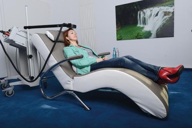 Demenztherapie mit Magnetstimulation: Wenige Ärzte und Kliniken besitzen ein solches Gerät.